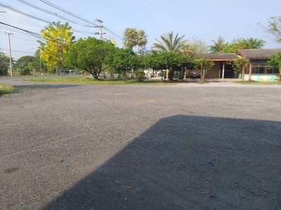 ขายที่ดินพร้อมอาคารชั้นเดี่ยว พื้นที่ 9 ไร่ 32 ตารางวา  หน้ากว้างติดถน