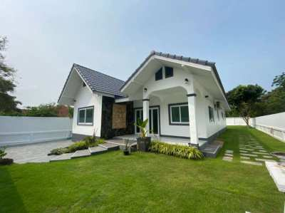 Modern house with 4 bedroom and 3 bathroom with big backyard garden