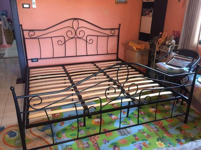 Sturdy metal.bed5 feet