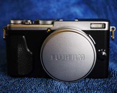 Fuji Fujifilm X70 Digital Wi-Fi Camera with Fujinon 18.5mm f/2.8 Lens
