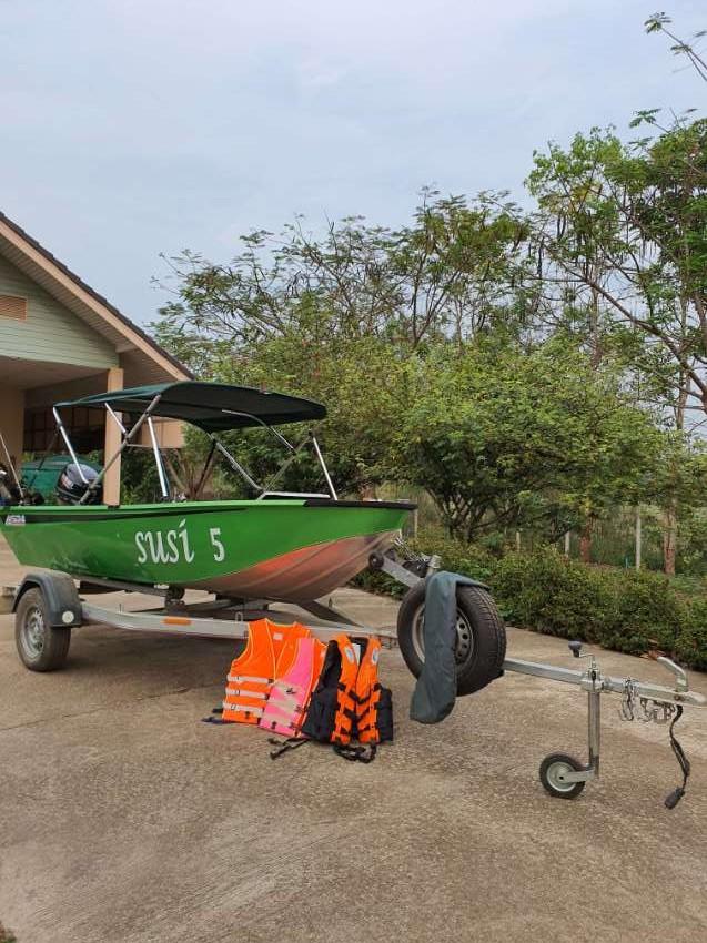 12 ft aluminium boat suzuki electric start  25 hours old ,,,extras