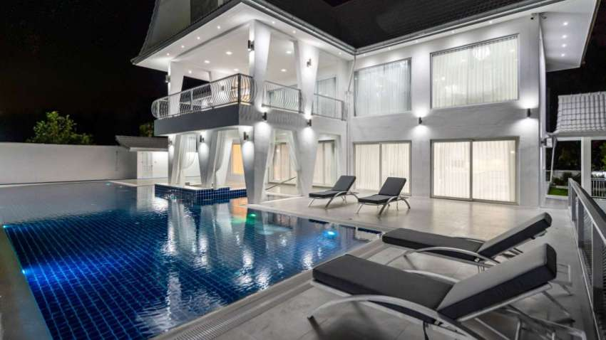 Luxury 9 BR House with Pool in Bang Lamung for Sale设有游泳池