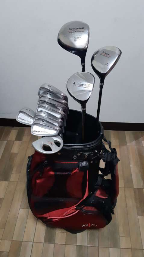 Complete golf club set with bag
