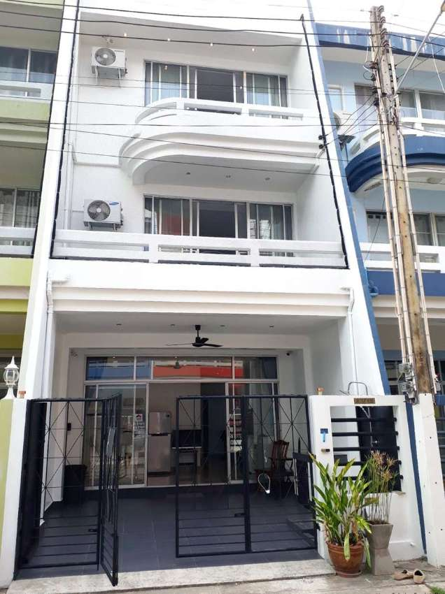 2,790,000 THB for this 3 storey townhouse 180 meters from the beach.